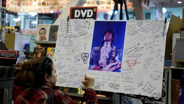 Подписи в память о певце Принсе в Голливуде, Лос-Анджелес