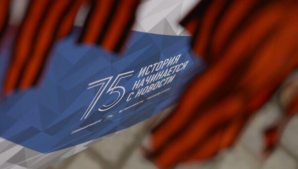 Волонтер раздает георгиевские ленточки в центре Москвы в рамках акции Георгиевская ленточка, посвященной 71-й годовщине Победы в Великой Отечественной войне