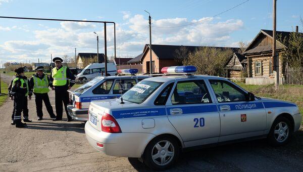 Сотрудники правоохранительных органов на улице поселка Ивашевка Сызранского района Самарской области