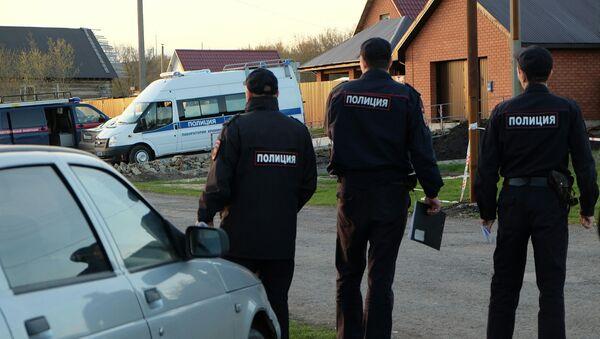 Сотрудники правоохранительных органов на улице поселка Ивашевка Сызранского района Самарской области. Архивное фото