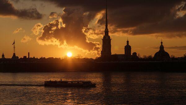 Закат на набережной реки Невы. Архивное фото