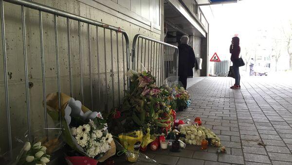 Цветы у входа на станцию метро Мальбек в Брюсселе, Бельгия. Архивное фото