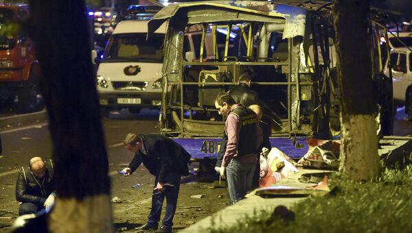 Сотрудники полиции на месте взрыва автобуса в Ереване, Армения. Архивное фото
