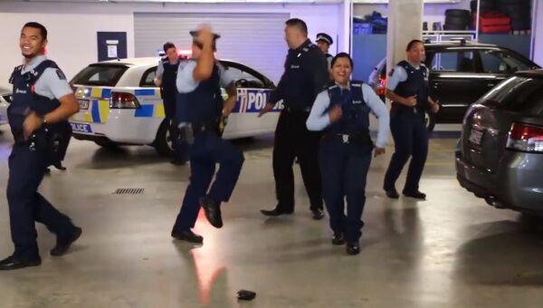Полицейские Новой Зеландии устроили танцы прямо на подземном паркинге