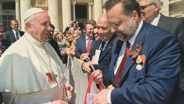 Депутат Госдумы от КПРФ Павел Дорохин поздравил папу Римского Франциска с наступающим Днем Победы и подарил георгиевскую ленточку
