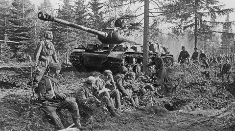 Проход тяжелого танка ИС-2 по лесной дороге