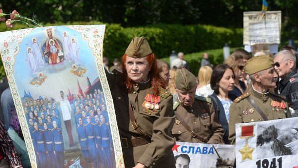 Участники акции Бессмертный полк во время шествия по улицам Киева