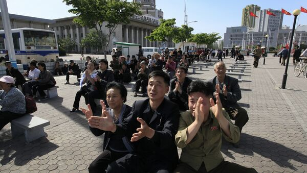 Жители Северной Кореи слушают выступление Ким Чен Ына