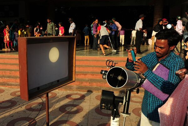 Наблюдение за прохождением Меркурия по диску Солнца 9 мая 2016 года в Ченнаи, Индия