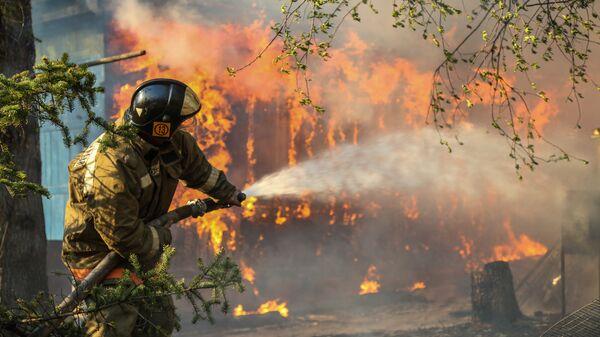 Сотрудники пожарной охраны МЧС России борются с природным пожаром. Архивное фото