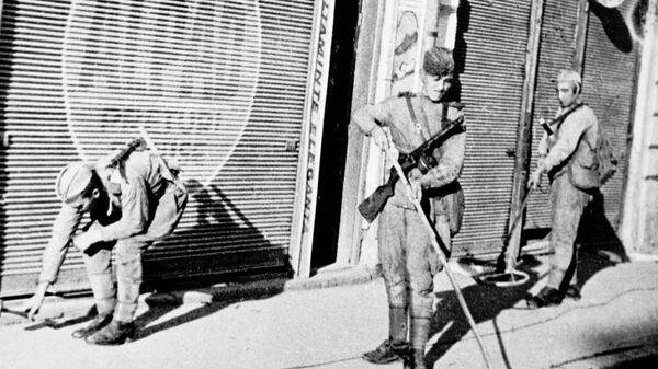 Советские солдаты на разминировании улиц в Бухаресте. ВОВ. 1944 год