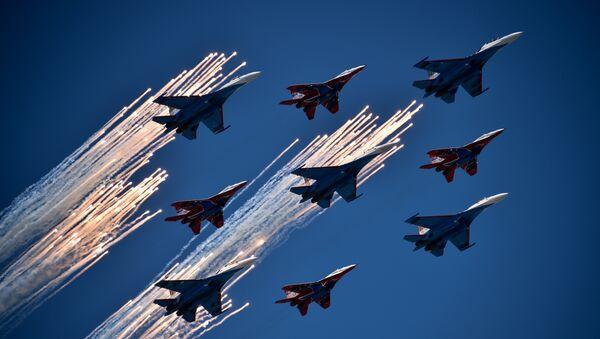 Многоцелевые истребители Су-27 пилотажной группы Русские Витязи и МиГ-29 пилотажной группы Стрижи во время воздушной части военного парада в Москве в честь 71-й годовщины Победы в Великой Отечественной войне 1941-1945 годов