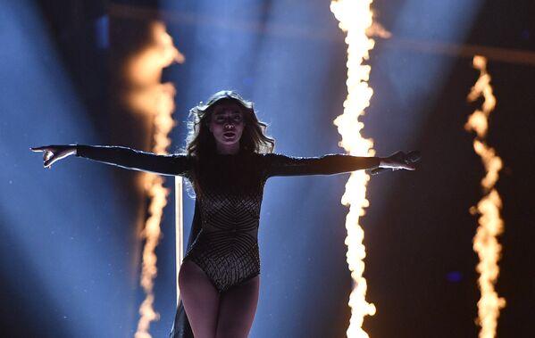 Ивета Мукучян (Армения) во время финала 61-го международного конкурса песни Евровидение 2016 в Стокгольме
