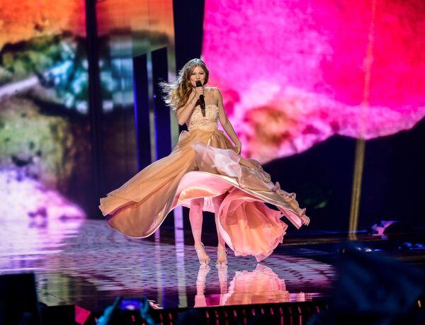 Зои Zoe (Австрия) во время финала 61-го международного конкурса песни Евровидение - 2016 в Стокгольме