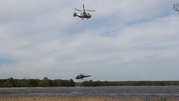 Спасатели подняли из воды упавший в озеро частный вертолет в Ленобласти
