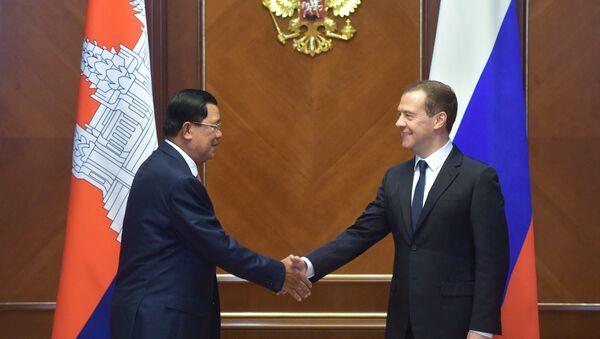 Председатель правительства России Дмитрий Медведев и премьер-министр Камбоджи Хун Сен во время встречи в резиденции Горки