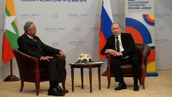 Президент Российской Федерации Владимир Путин и президент Республики Мьянма Тхин Чжо во время двусторонней встречи в конгресс-центре гостиницы Рэдиссон Блю Курорт. 19 мая 2016