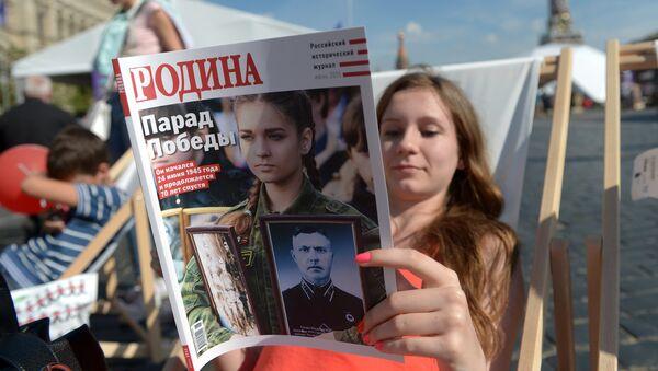 Девушка читает журнал Родина. Архивное фото