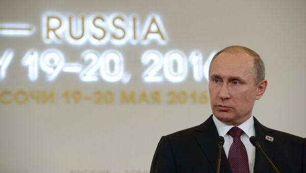 Президент Российской Федерации Владимир Путин на совместной пресс-конференции с премьер-министром Лаосской Народно-Демократической Республики Тхонглуном Сисулитом по итогам саммита Россия — АСЕАН