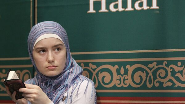 Молодая мусульманка читает Коран