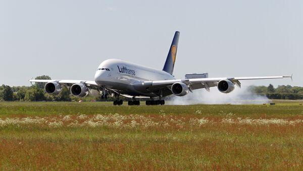 Самолет авиакомпании Lufthansa совершает посадку в аэропорту города Гамбург, Германия. Архивное фото