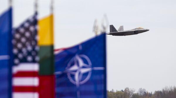 Истребитель ВВС США F-22 Raptor на авиабазе Зокняй, Литва. Архивное фото