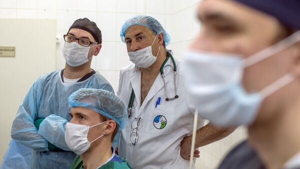 Хирурги смотрят за ходом операции при помощи робота Да Винчи. Архивное фото