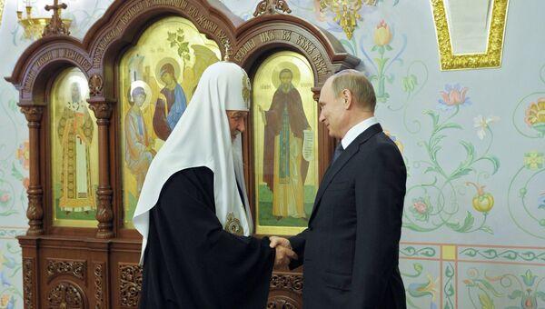Президент РФ В. Путин и патриарх Кирилл. Архивное фото