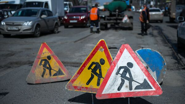Знаки Дорожные работы на улице. Архивное фото