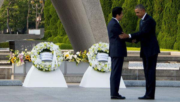 Президент США Барак Обама и премьер-министр Японии Синдзо Абэ у мемориала жертвам атомной бомбардировки в Хиросиме, Япония. 27 мая 2016