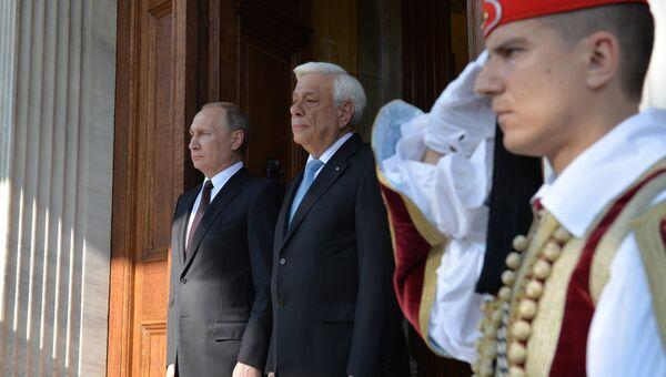 Президент России Владимир Путин (слева) и президент Греческой Республики Прокопис Павлопулос во время встречи в Афинах