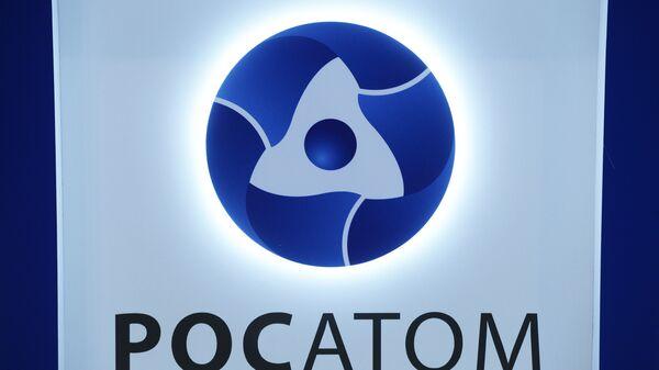 Логотип на стенде государственной корпорации по атомной энергии Росатом