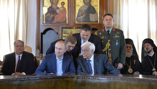 Президент России Владимир Путин и президент Греции Прокопис Павлопулос во время встречи с представителями Священного Кинота в рамках посещения Святой горы Афон