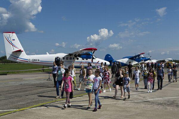 Посетители на авиасалоне малой и региональной авиации Авиарегион-2016 в аэропорту Туношна в Ярославской области.