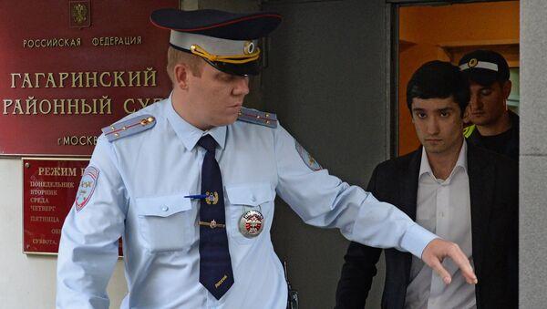 Сын вице-президента Лукойла Руслан Шамсуаров, обвиняемый в неповиновении распоряжению сотрудников полиции, у здания Гагаринского суда Москвы. Архивное фото