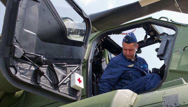 Авиатехник в ударном вертолете Ми-28H Ночной охотник. Архивное фото