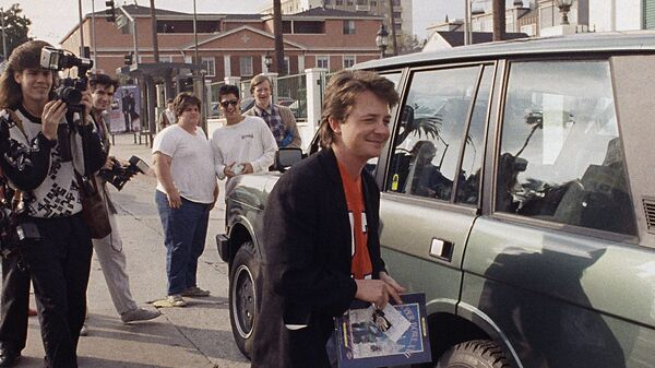 Актер Майкл Джей Фокс около своей машины в Голливуде. 1988 год