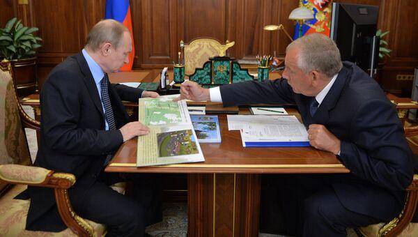 Президент России Владимир Путин и губернатор Новгородской области Сергей Митин во время встречи в Кремле. 2 июня 2016