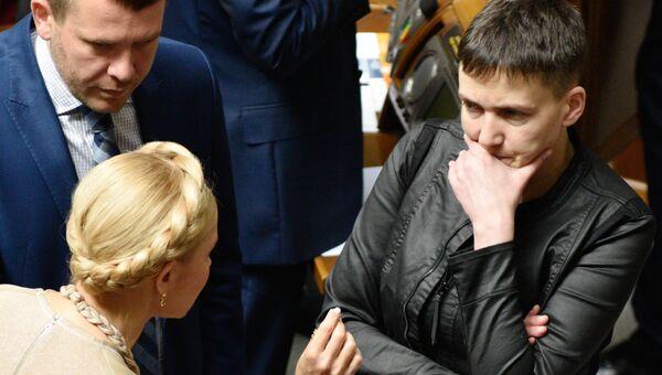 Лидер всеукраинского объединения Батькивщина Юлия Тимошенко (слева) и депутат Верховной рады Украины Надежда Савченко на заседании Рады. Архивное фото