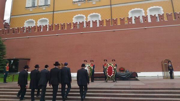 Российские евреи возлагают венки к могиле Неизвестного солдата в религиозный иудейский праздник - День спасения и освобождения