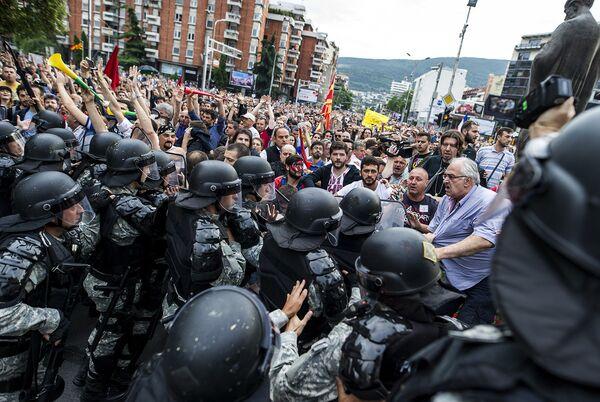 Столкновения с полицией во время антиправительственной акции в Скопье, Македония. Июнь 2016