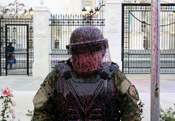 Сотрудник полиции во время антиправительственного протеста перед зданием правительства в Скопье, Македония. Июнь 2016