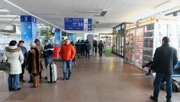 Пассажиры в аэропорту Минска. Архивное фото