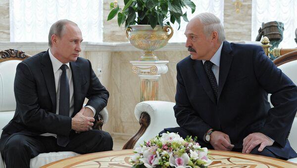 8 июня 2016. Президент России Владимир Путин (слева) и президент Белоруссии Александр Лукашенко во время беседы в Минске. Архивное фото