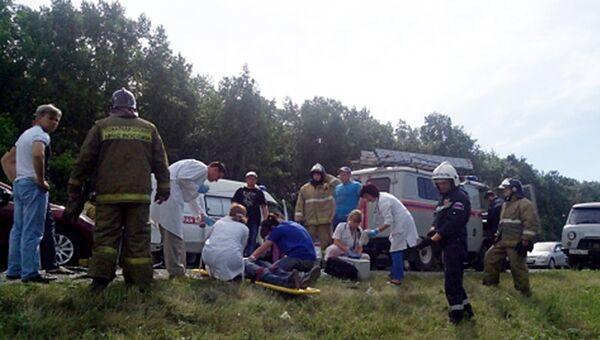 Сотрудники экстренных служб Новосибирской области на месте ДТП в Искитимском районе