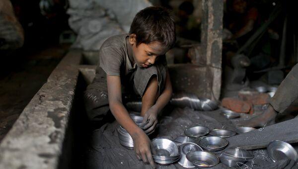 7-летний ребенок работает на заводе по производству металлической посуды в Дакке, Бангладеш