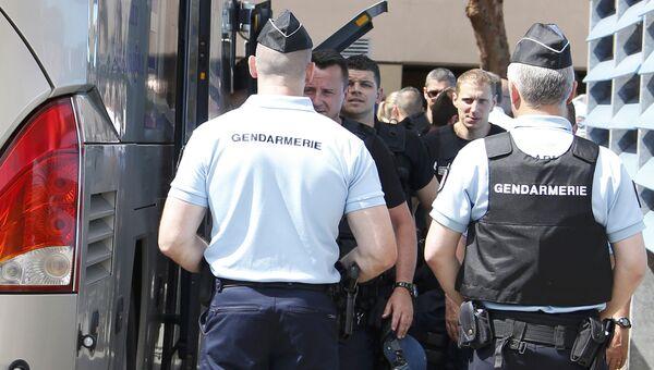 Сотрудники правоохранительных органов Франции возле автобуса с российскими футбольными болельщиками в Лилле. 14 июня 2016