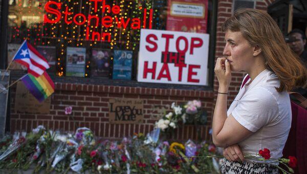 Женщина у места возложения цветов в память о жертвах стрельбы в Орландо. Архивное фото
