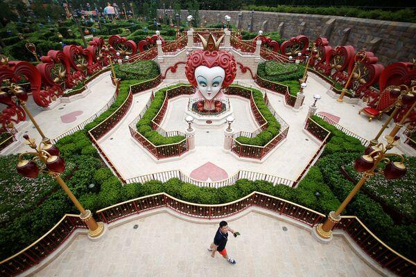 Посетитель первого на территории континентального Китая парка развлечений Диснейленд в Шанхае