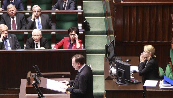 Министр Мариуш Каминьский, контролирующий работу спецслужб, во время выступления в парламенте Польши. Архивное фото